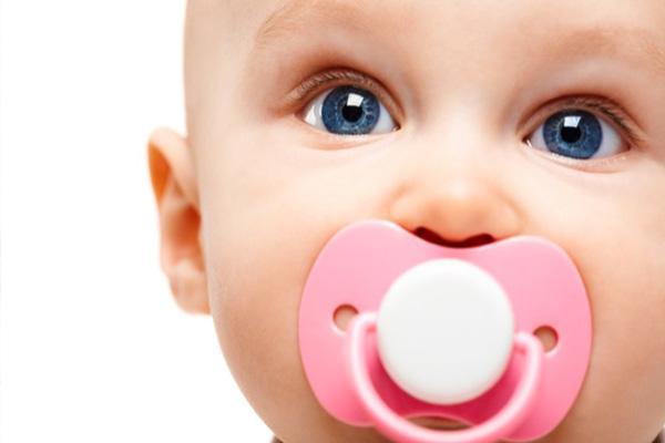 مزایا و معایب استفاده از پستانک نوزاد