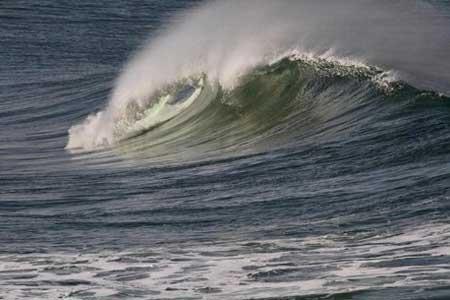 افزایش ارتفاع موج تا 3 متر در دریای خزر ، شنا ممنوع شود